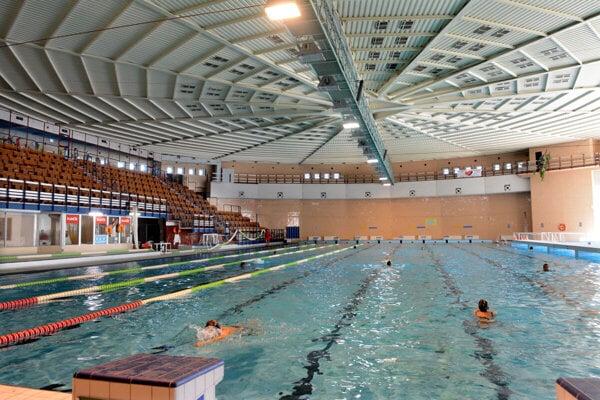 Plaváreň sa po pol roku otvorila. Zaplávajú si však len členovia klubov.