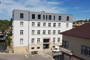 Zrekonštruovaný Okresný súd v Leviciach.