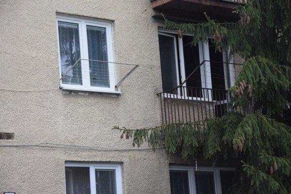Za oknami tohto balkóna vypukol požiar.