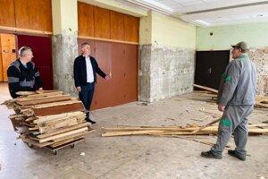 Zamestnanci mesta odstránili vo vedľajšej sále drevené obklady.