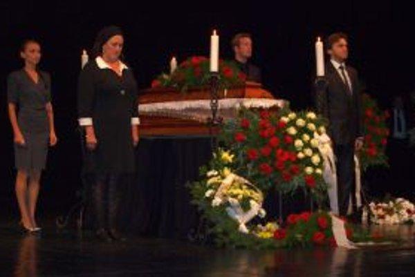 S Dušanom Lencim sa v piatok DAB naposledy rozlúčili jeho rodina, kolegovia, priatelia,  ďalší slovenskí divadelníci, umelci aj verní diváci.