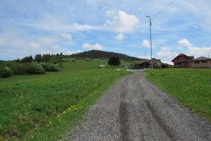 Začiatok poľnej cesty smerom k dvojkrížu.