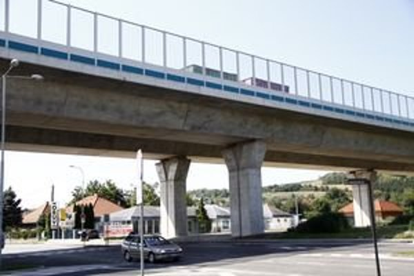 Viadukt s protihlukovou stenou v Krškanoch. Hluk v tejto mestskej časti nemerali.