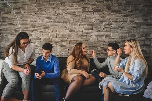 Ambiciózni mladí ľudia dokážu skĺbiť štúdium s aktivitami.
