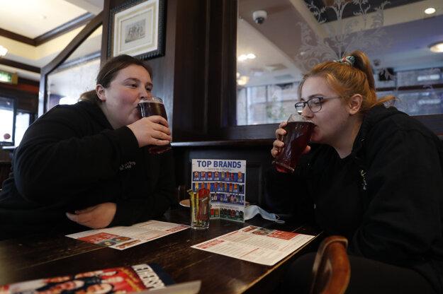 Zdravotné sestry Libby Jonesová (vpravo) a Shannon Maidenová, ktoré skončili svoju nočnú službu, v pube Shakespeare's Head.