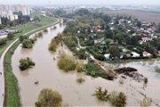 Takto sa vyliala rieka Nitra v Nových Zámkoch v októbri 2020.