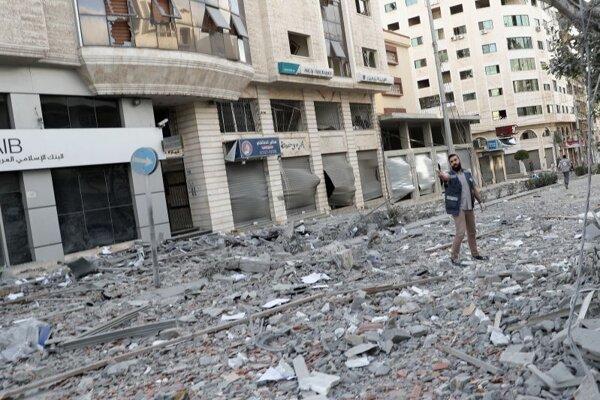 Bombardovaním poškodené budovy v Gaza City.