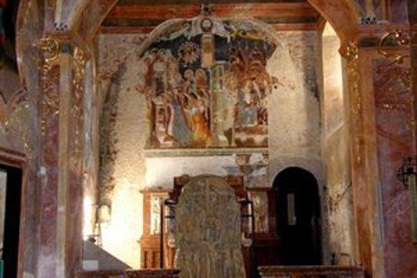 Ranobarokový oltár je čiastočne rozobratý, aby nezakrýval fresku na stene.