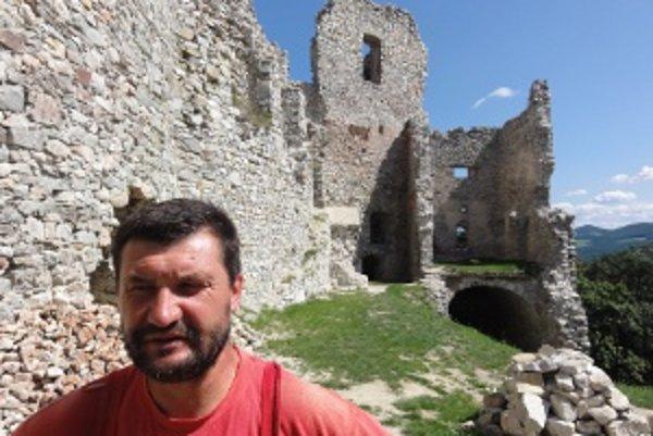 Jozef Blaho zachraňuje hrad už osem rokov.
