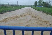 Hladina Hornádu v Košiciach stúpla a vylieva sa.