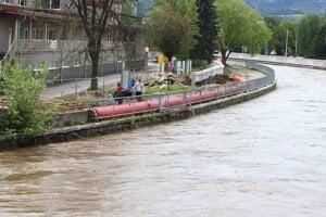 Všetky záchranné zložky v Banskej Bystrici monitorovali jednotlivé lokality a v kritických úsekoch, v ktorých to bolo nevyhnutné, postavili protipovodňové bariéry.
