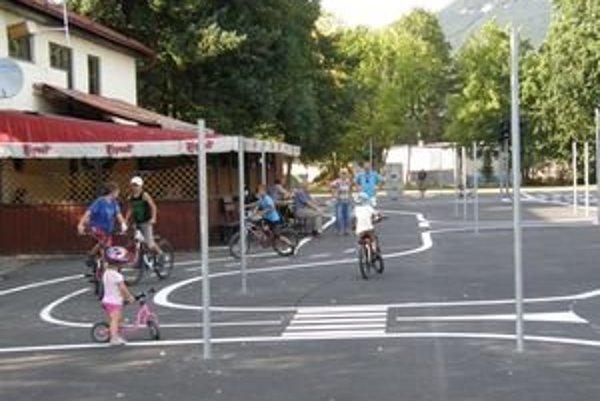 Dopravné ihrisko chce mesto oficiálne otvoriť v polovici septembra. Dnes je hotové na 90 percent.