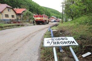 Obec Rudno nad Hronom v pondelok zasiahla povodňová vlna.