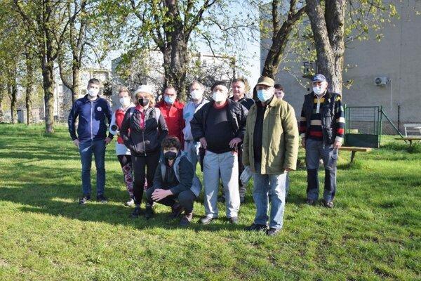 Haličskí turisti pred brígádou, počas ktorej čistili prírodu v okolí Haliče.