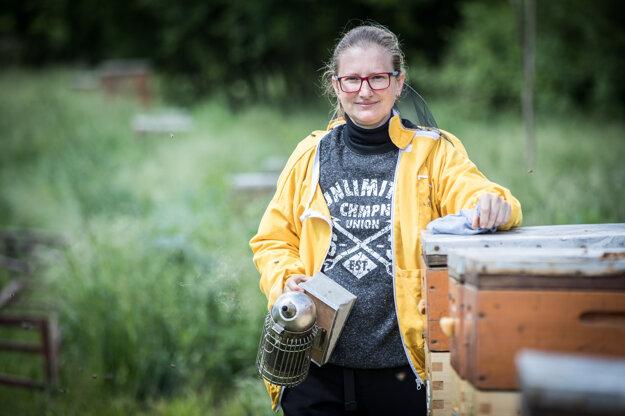 Včelárka Rita Novosadová zažila najhorší včelársky rok za dvadsaťročnú kariéru - zo 160 včelích rodín im prežilo len päť. Vďaka podpore známych aj neznámych začínajú odznova.