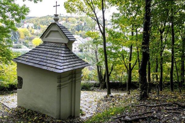 obnovená kaplnka zo 17. storočia, torzo jediného zachovaného zastavenie pôvodnej Krížovej cesty na bratislavskej Kalvárii. Za jej obnovou stojí Občianske združenie Bratislavská Kalvária.
