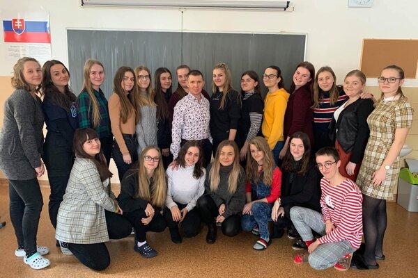 Jaroslav Ogurčák so svojimi študentmi, ktorí o ňom napísali list.