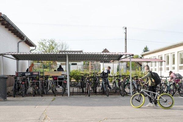 Na Základnej škole v Borskom Mikuláši je stojan plný bicyklov.