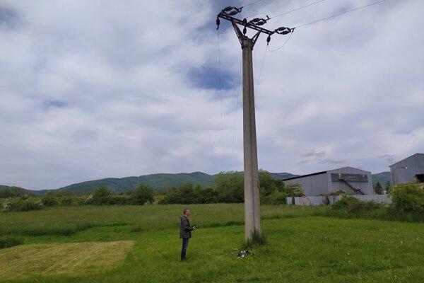 Samcovi bociana bieleho sa stal osudným tento stĺp elektrického vedenia.