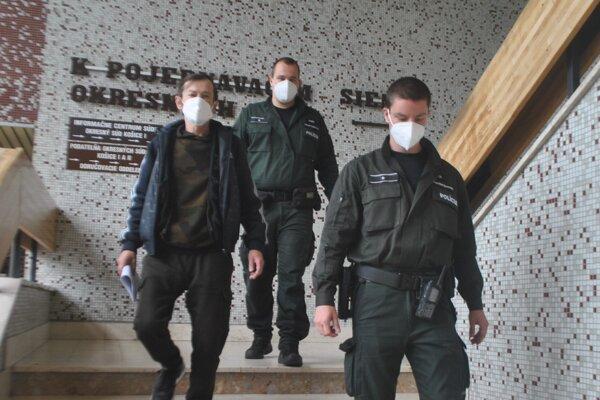 Pavla N. (vľavo) odvádza eskorta do väzby.
