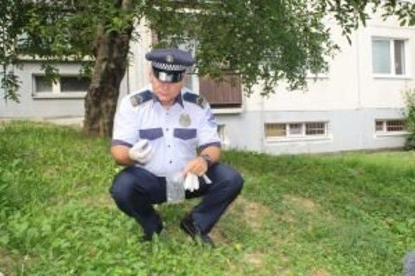 O psa prišiel aj Miroslav Duchoň, preventista z mestskej polície. Otravu niekto rozsypal po trávnikoch medzi sídliskovými panelákmi.