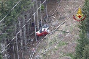Záchranári pracujú v troskách lanovky po tom, čo sa zrútila neďaleko vrcholu trate Stresa-Mottarone v regióne Piemont na severe Talianska v nedeľu 23. mája 2021.
