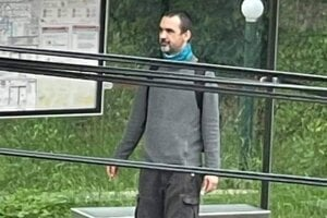 Peter T. z Bratislavy mal na zastávke fyzicky napadnúť a okradnúť seniorku.