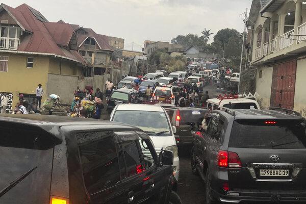 Zápcha na hlavnej ceste, keď sa obyvatelia pokúšajú utiecť z mesta Goma.