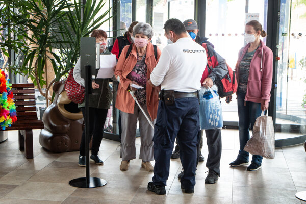 Prví návštevníci liptovskomikulášskeho akvaparku. Pri vstupe platí povinnosť preukázať sa testom, potvrdením o prekonaní covid-19 alebo certifikátom o očkovaní.