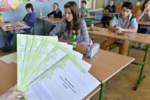 Žiaci deviateho ročníka Základnej školy v Košeci (okres Ilava) píšu test z matematiky počas celoslovenského testovania deviatakov.
