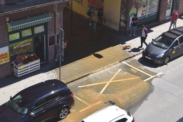 Voda sa valila z Ul. I. Krasku na Mlynskú ulicu.