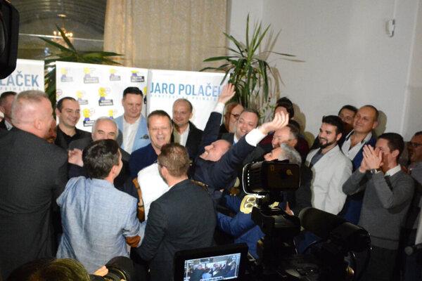 Radosť volebnej noci. Z niektorých Polačekových podporovateľov a bývalých aktivistov sú dnes jeho oponenti.