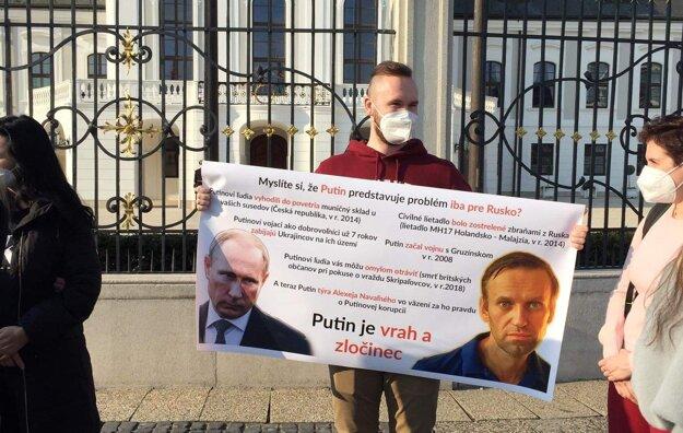 Demonštrácia pred Prezidentským palácom.