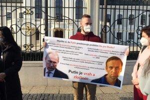 Pred Prezidentským palácom demonštrovali ruskí občania pokojne.