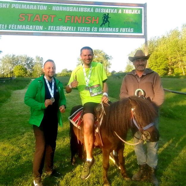 Desať kilometrov si v Horných Salibách odbehol aj autor článku a v cieli si ešte užil zábavu na poníkovi Öcsim.
