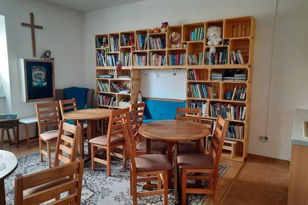 Knižnica má už cez 40 čitateľov, s rastúcim počtom knižných titulov sa však stále viac pridávajú aj dospeláci.