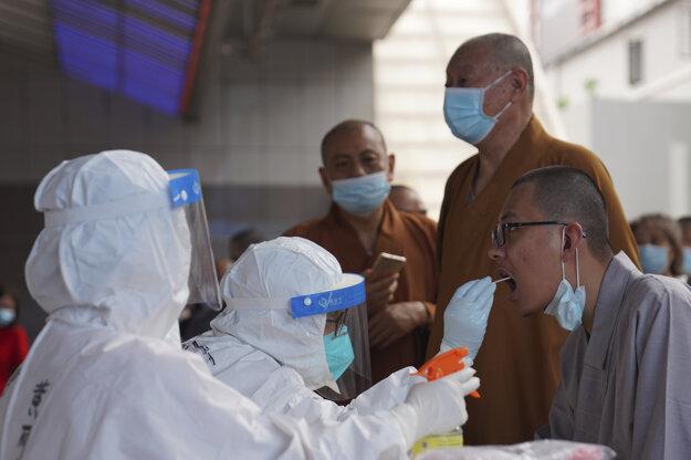 Testovanie budhistických mníchov v čínskej provincii Kuang-tung.