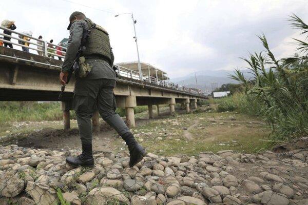 Policajt hliadkuje pri medzinárodnom moste Simona Bolivaru, ktorý spája Kolumbiu s Venezuelou.