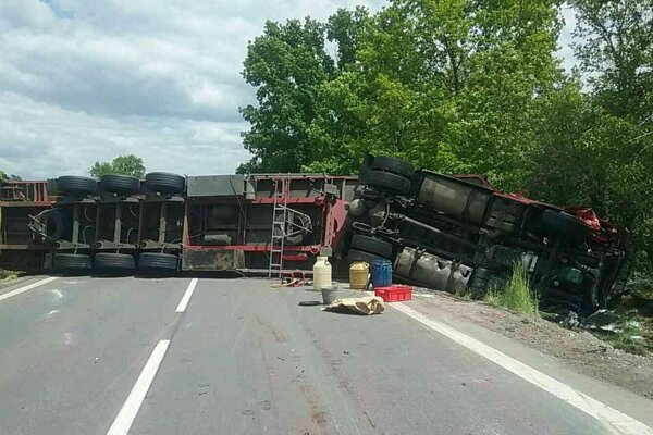Kamión zostal po náraze skrížený cez vozovku.