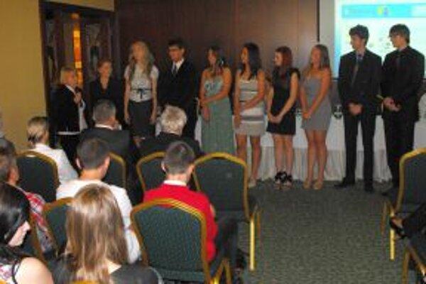 Študenti z komárňanského gymnázia pri prezentácii projektu.