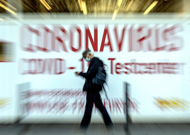 Muž prechádza okolo testovacieho miesta na koronavírus v nemeckom Frankfurte.