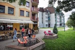 Či bude pod oknami bytov v novostavbe banka alebo kaviareň rozhoduje developer.