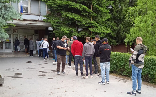 Pred vstupom na políciu rozdáva zamestnanec poradové čísla.