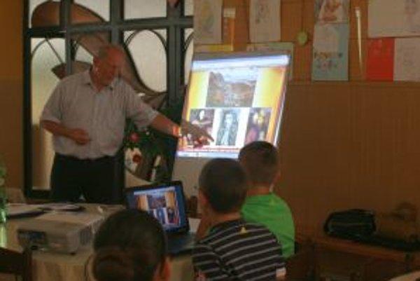 Jarolím Koprda, bývalý učiteľ a historik, prednášal žiakov ZŠ sv. Marka.
