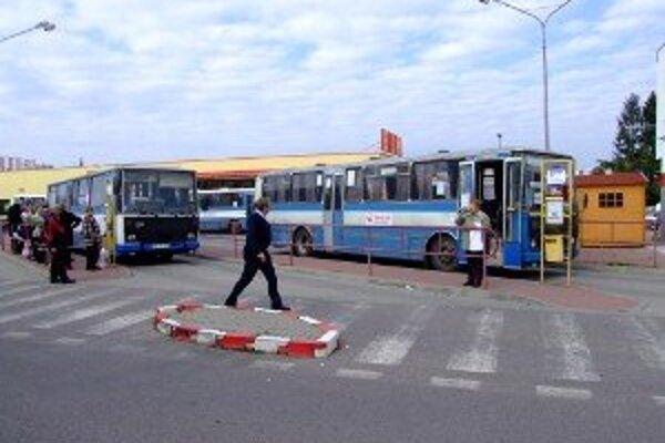 Mestská doprava musí šetriť, dôsledkom budú menšie autobusy. Na snímke je autobusová stanica v Zlatých Moravciach.