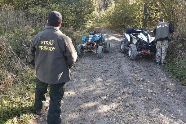 Motorkári aštvorkolkári vprírode sú často symbolom ignorácie anetolerancie.
