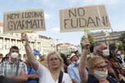 Demonštranti pochodovali z Námestia hrdinov k budove parlamentu.