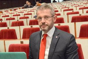 Podľa poslanca Miroslava Špaka sa lukratívne budovy lepšie predávajú štátu.