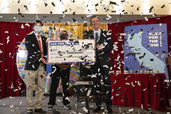 Prvých pätnásť zaočkovaných ľudí získalo v Kalifornii 50-tisíc dolárov v očkovacej lotérii.