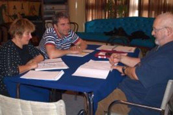 Herci počas čítačky s poľským režisérom Andrzejom Rozhinom.